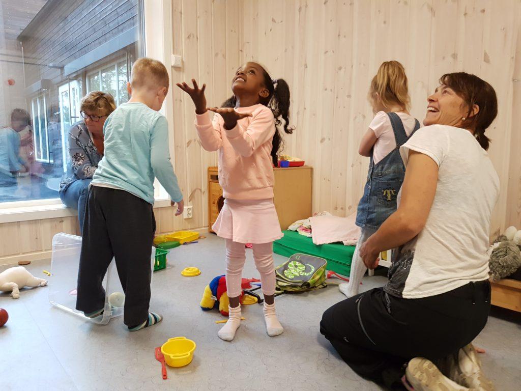 Glade barn og voksne i barnehagen