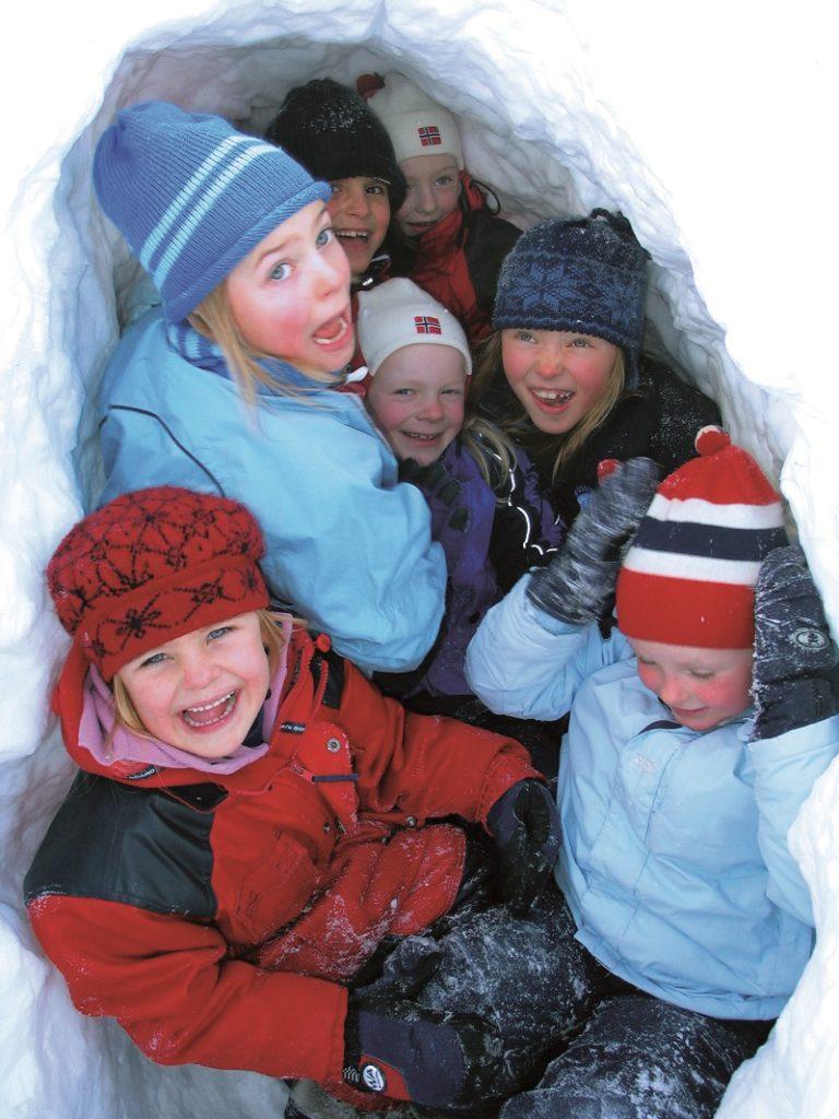 Bilde av barn i snøhule