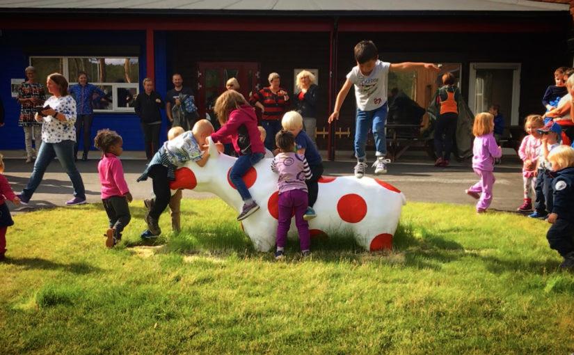 Avduking av kunstverk i barnehagen