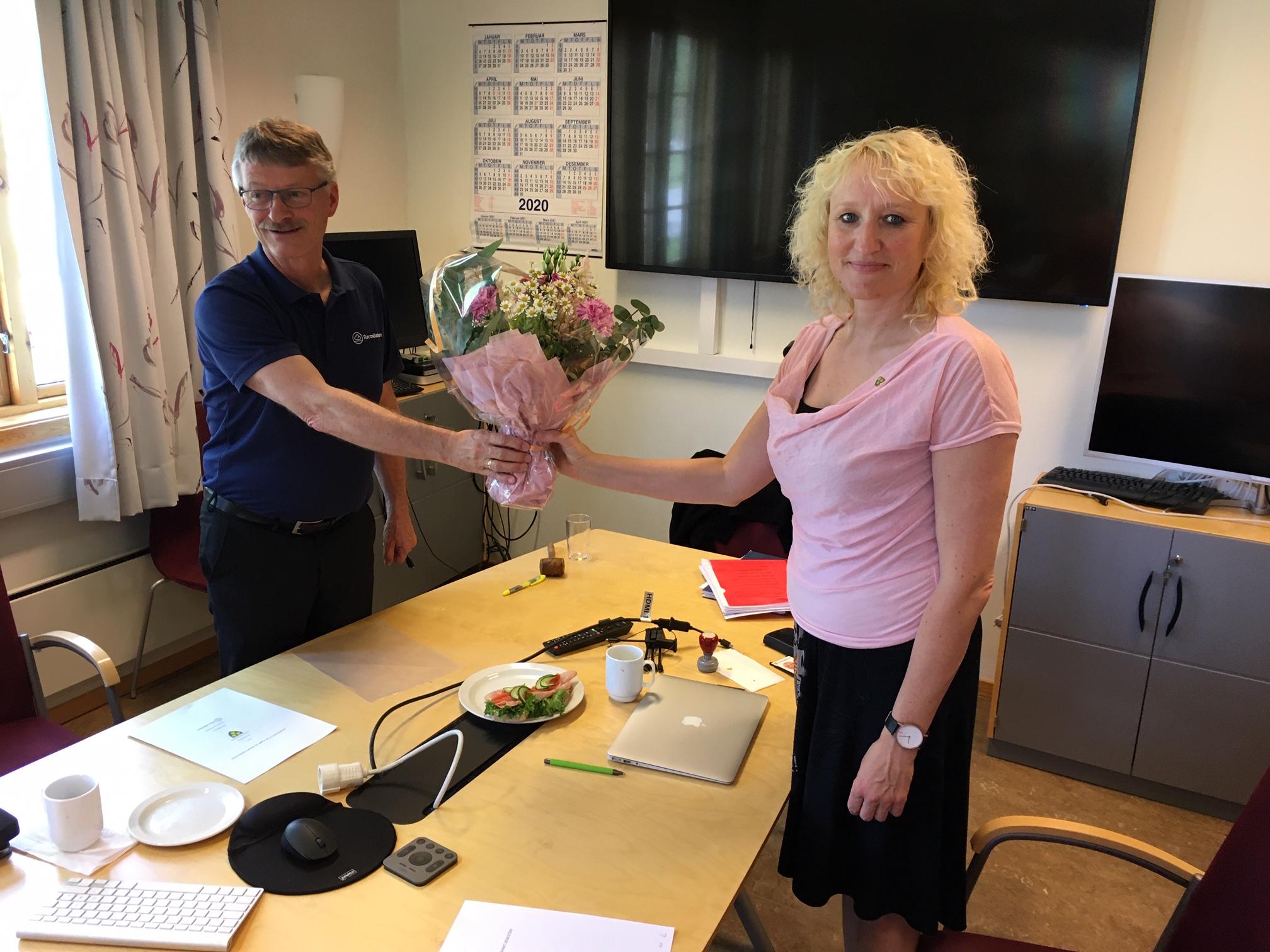 Ny bankforbindelse. Bilde av ordføreren og administrerende banksjef Even Kokkvoll