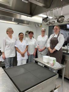 Bildet er av glade ansatte i Os kommune, Verjåtunet sykehjems kjøkken